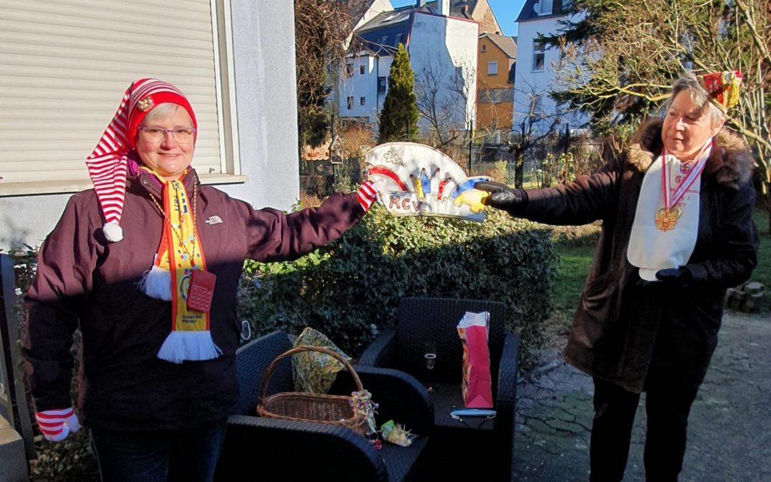 Ein Geschenk für das Lahnsteiner Fastnachtsmuseum konnte jetzt Museumsleiterin Eva Bonn entgegennehmen.